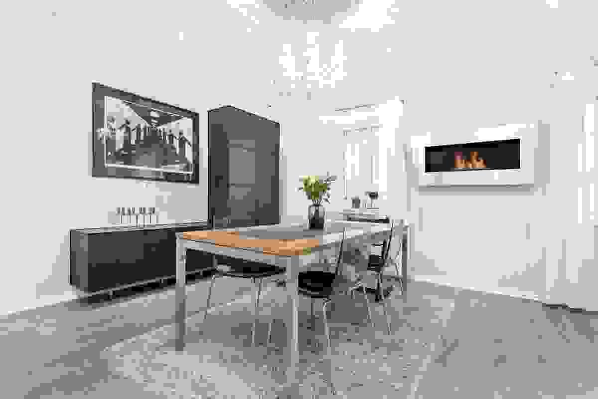 """Kombinsjonen kjøkken-/stue gjør nok denne delen av leiligheten til """"hjemmets hjerte"""" med sine sosiale og koselig soner."""