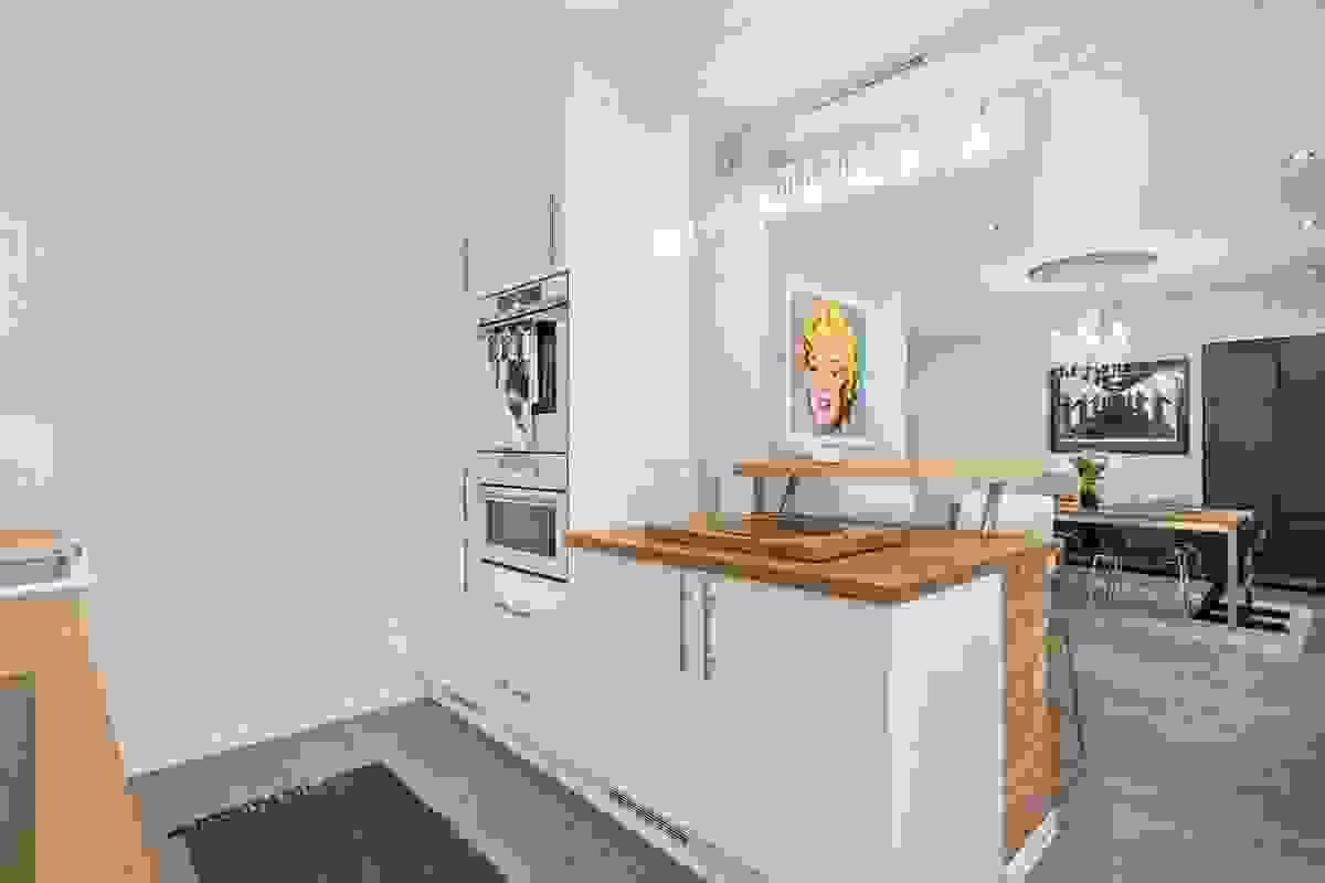 Kjøkkenet med innholdsrik og lekker innredning fra 2010