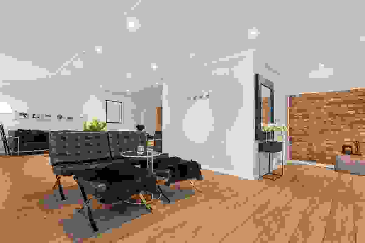 Den enormt store stuen i leilighetens toppetasje