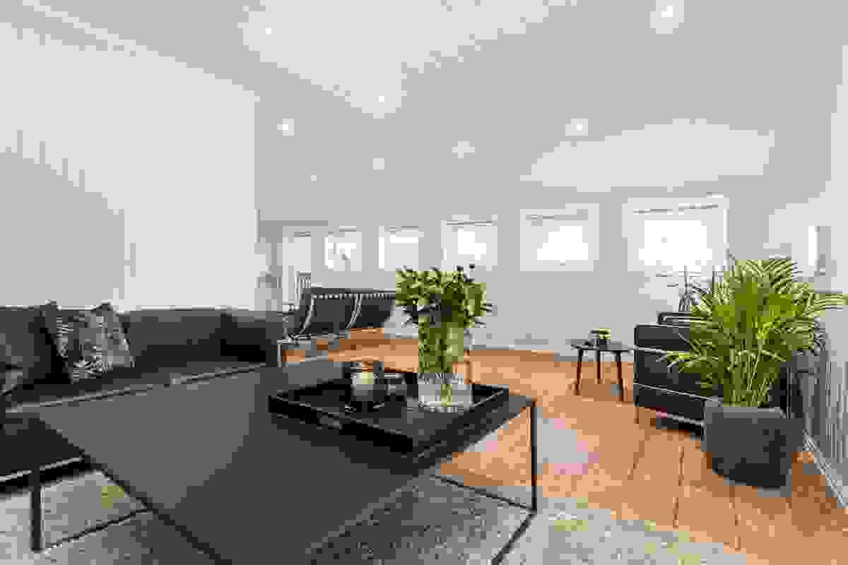 Rommet har fleksible møbleringsmuligheter, flere avdelinger og takoppløftet mot mot syd gir god takhøyde
