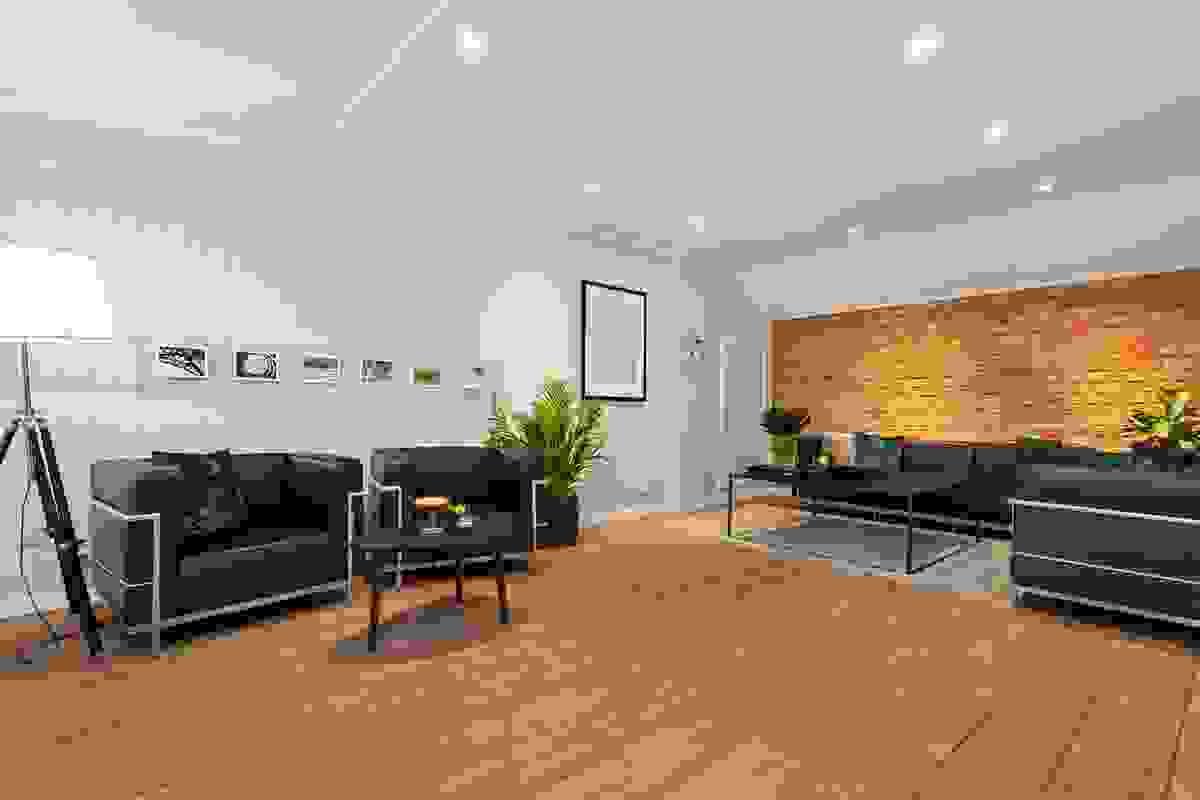 Rommets utforming med inndelingen mot tilstøtende rom i etasjen gjør likevel at dette store rommet har en variert planløsning hvor det dannes ulike soner.