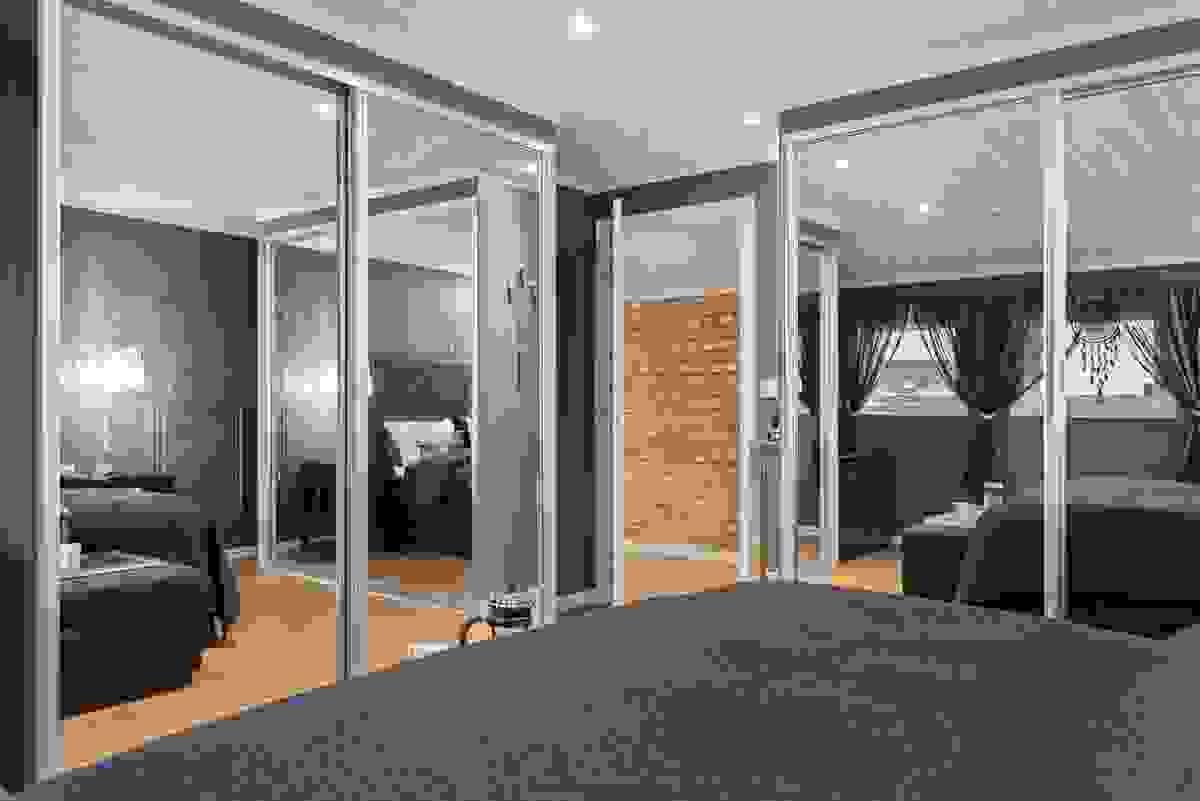 Hovedsoverommet i toppetasjen har god plass for stor dobbelseng og en rekke soveromsmøbler