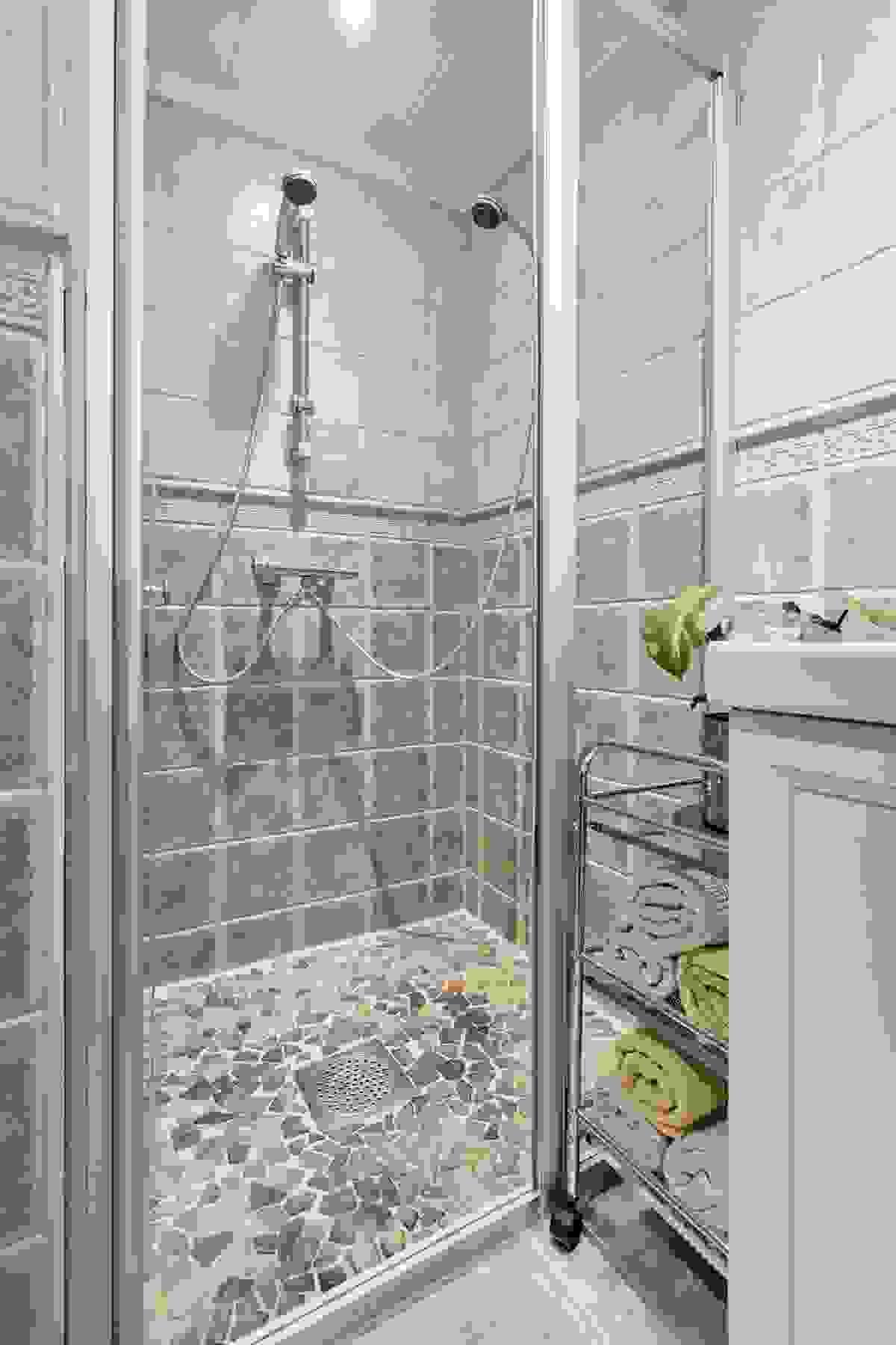 Badet er innredet med stor og solid dusjnisje med skyve-/glidedører av herdet glass
