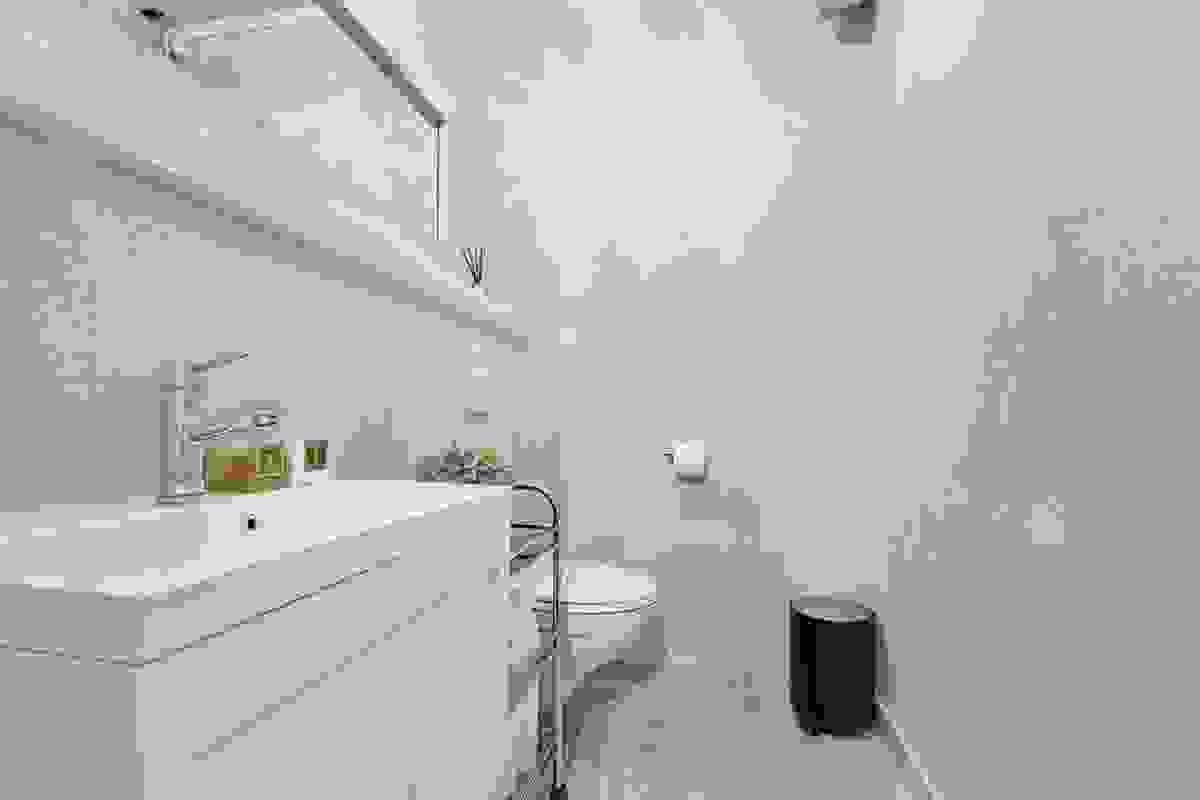 Gjestetoalettrommet i hovedetasjen ligger i sammenheng med entre/hall og har flislagt gulv