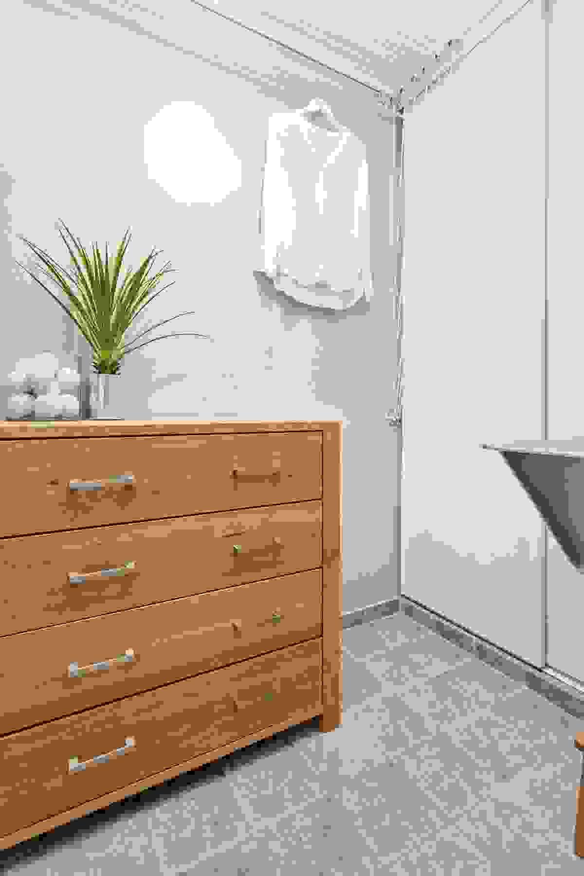 Vaskerommet har flislagt gulv, og innehar blant annet et montert tørkestativ, noe lagringsplass og veggmontert vaskekum