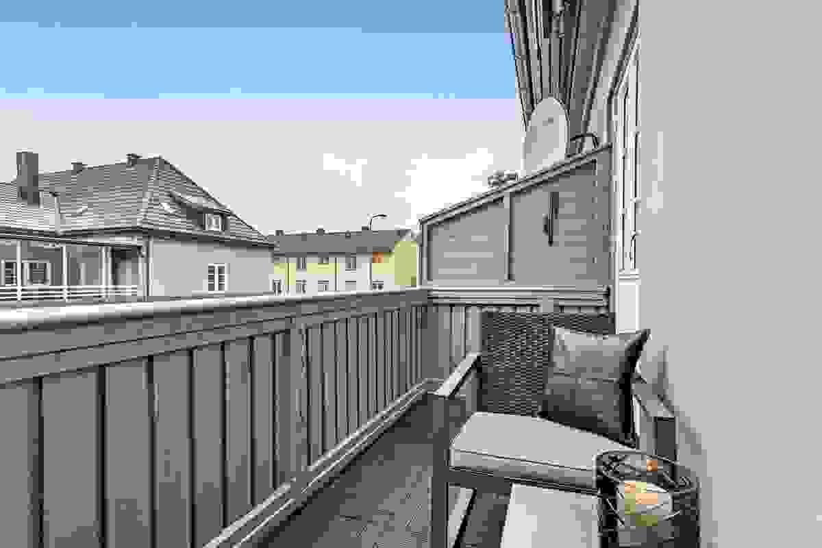 Leiligheten har en svært solrik og koselig balkong mot syd ut fra kjøkken-/spisestue i hovedetasjen.