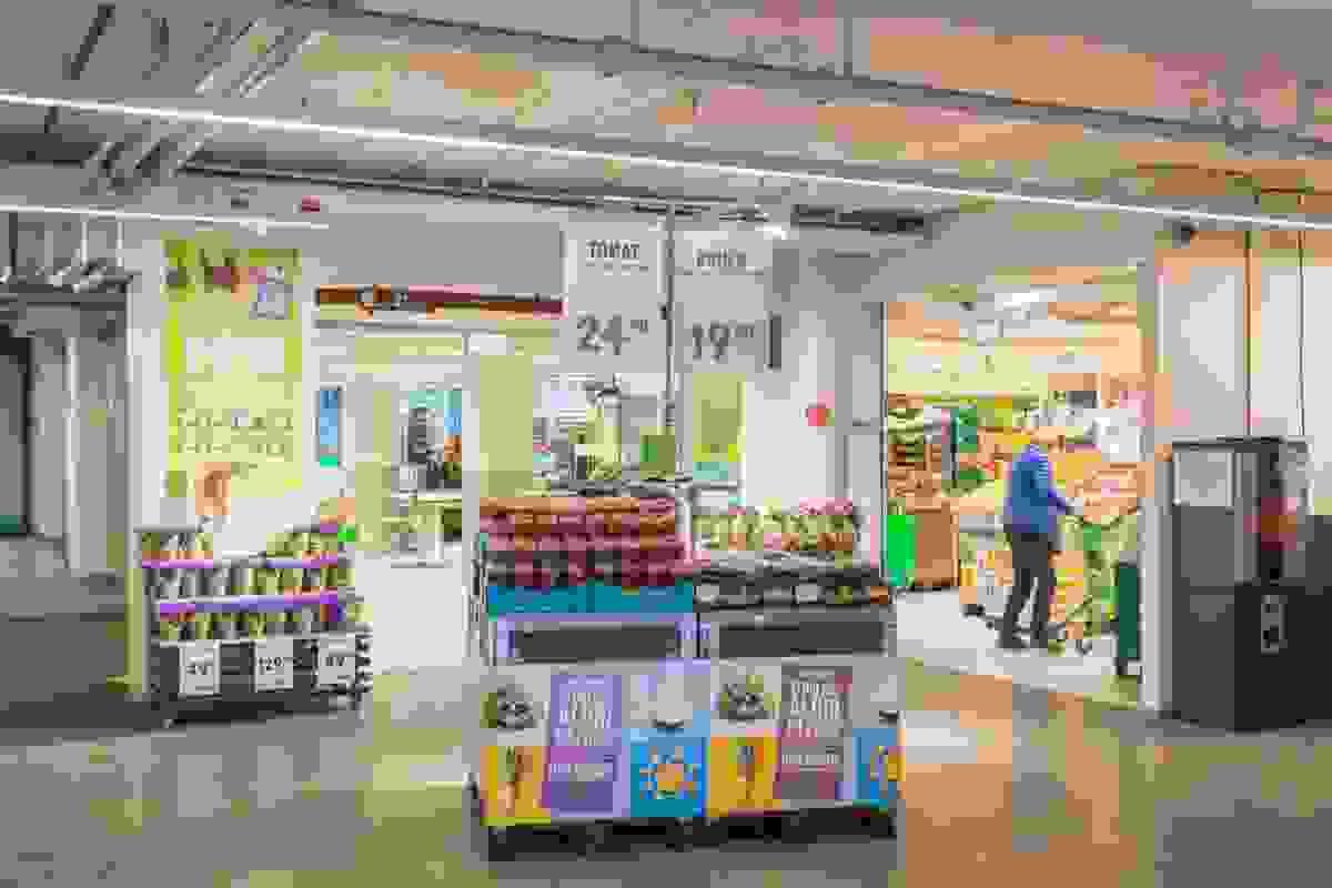 Nærområde; Kort vei til en rekke av byens dagligvareforretninger som her på Kiwi i Foyngården