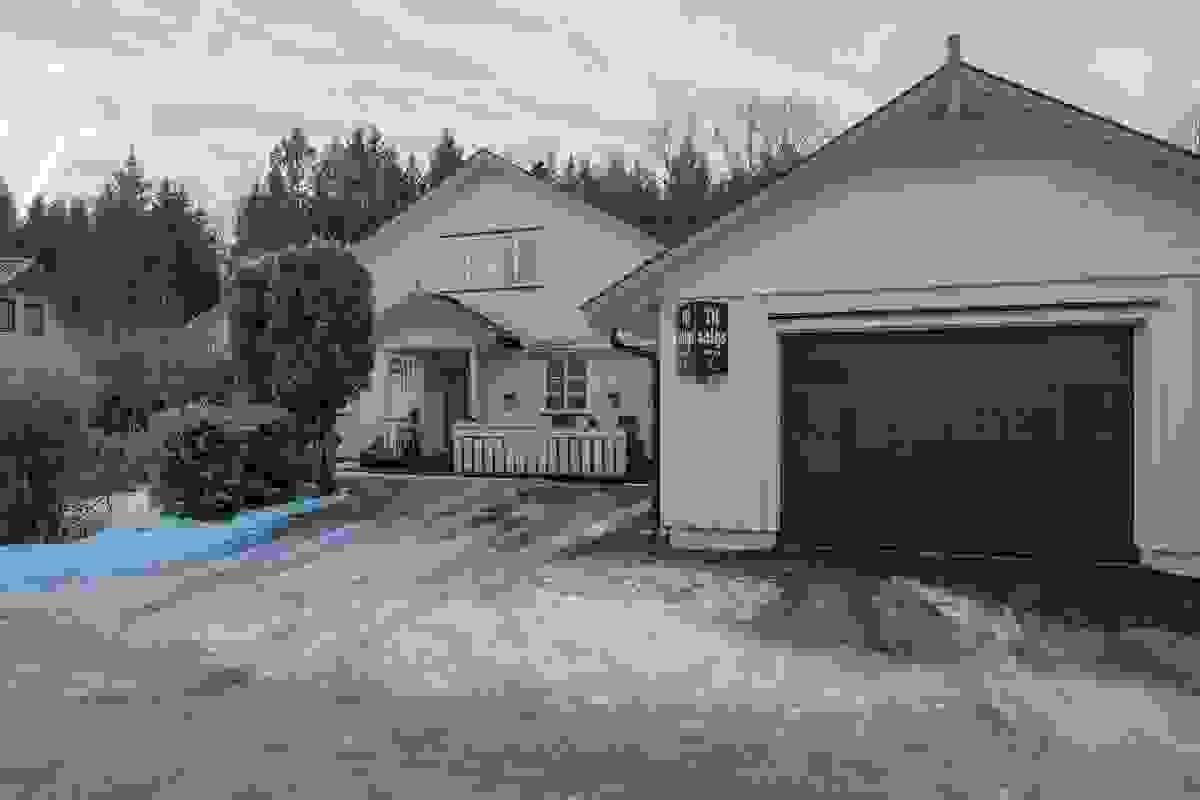Gårdsplass og garasje