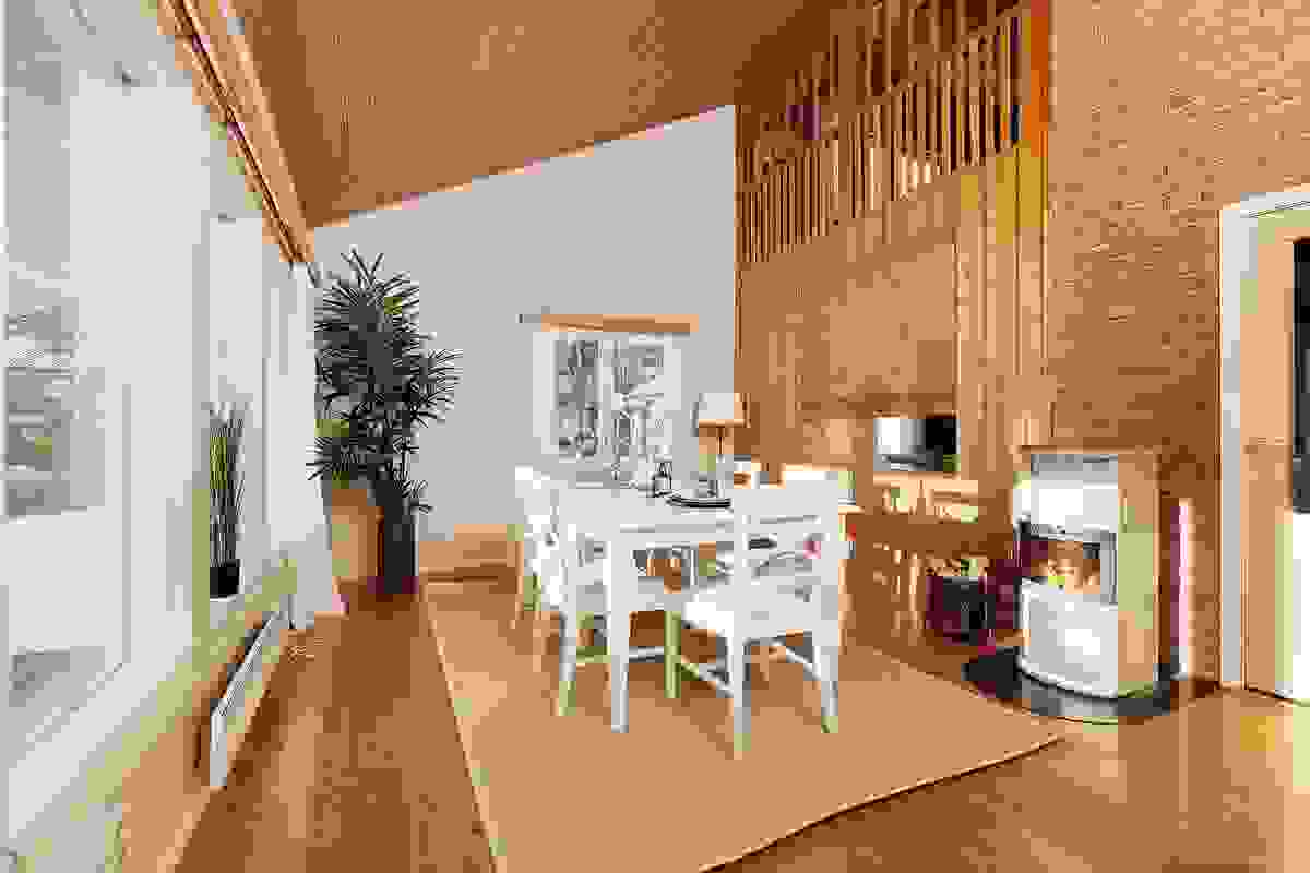 Stue/spisestue med stilren klebersteinsovn