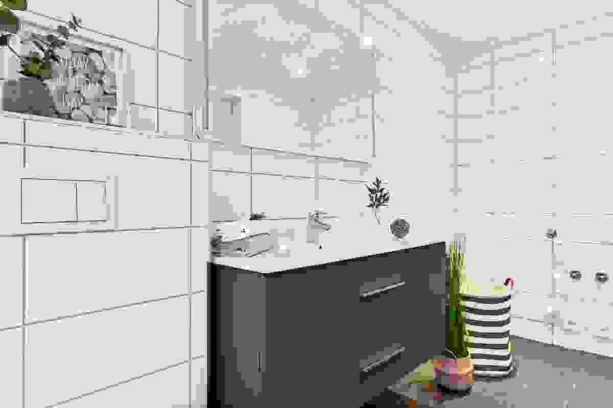 2. etasje bad med dusjvegger og vegghengt wc, heldekkende servant med innredning samt avsatt sted til vaskemaskin