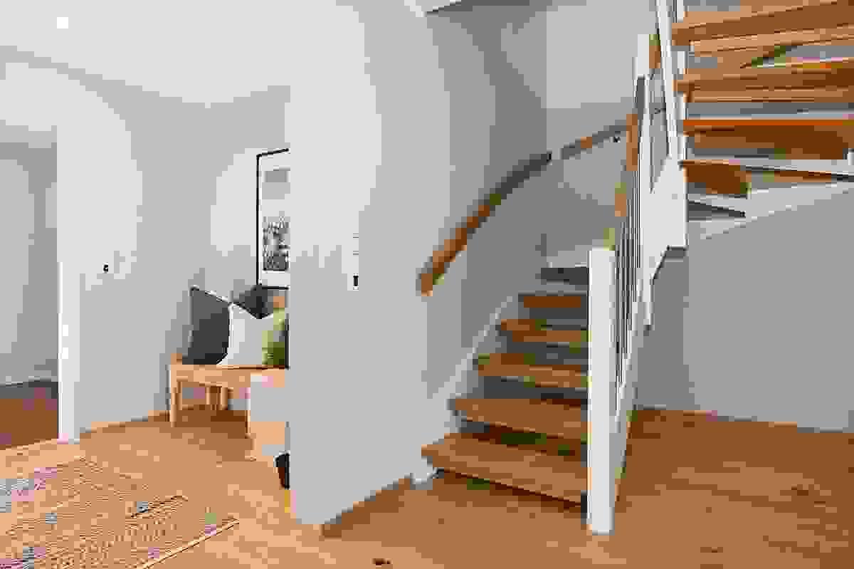 Her er fliser på gulv i entre og parkett på gulv i gang. Rommet har trappeadkomst til 2. etasje