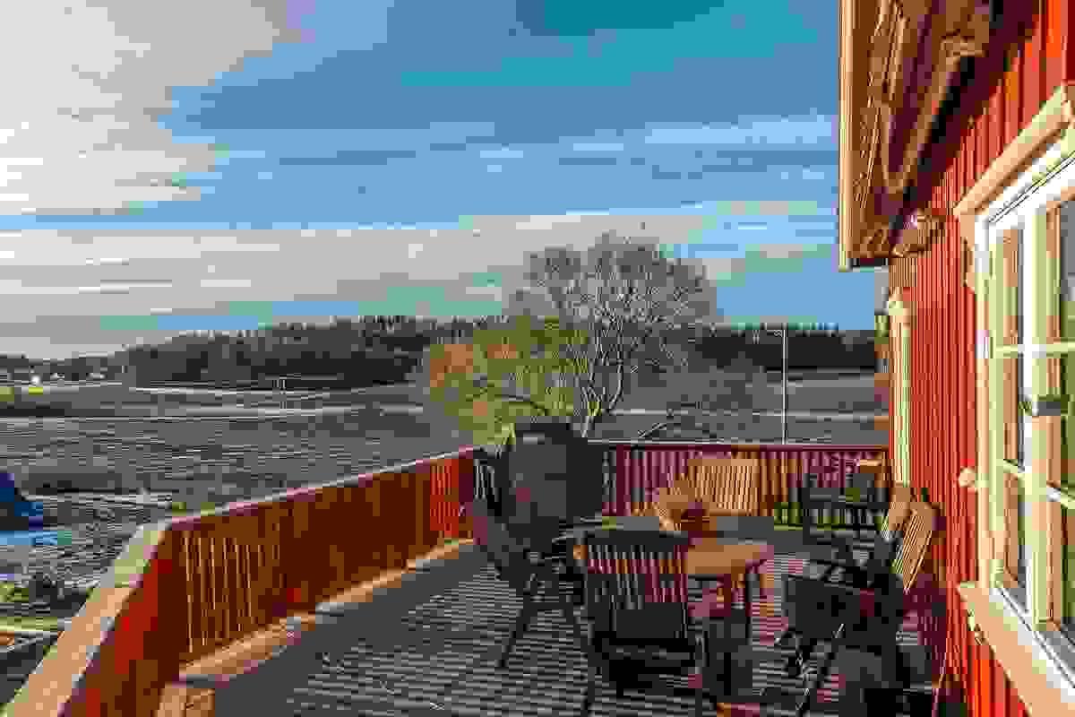 Deilig terrasse med utsikt over jordet.