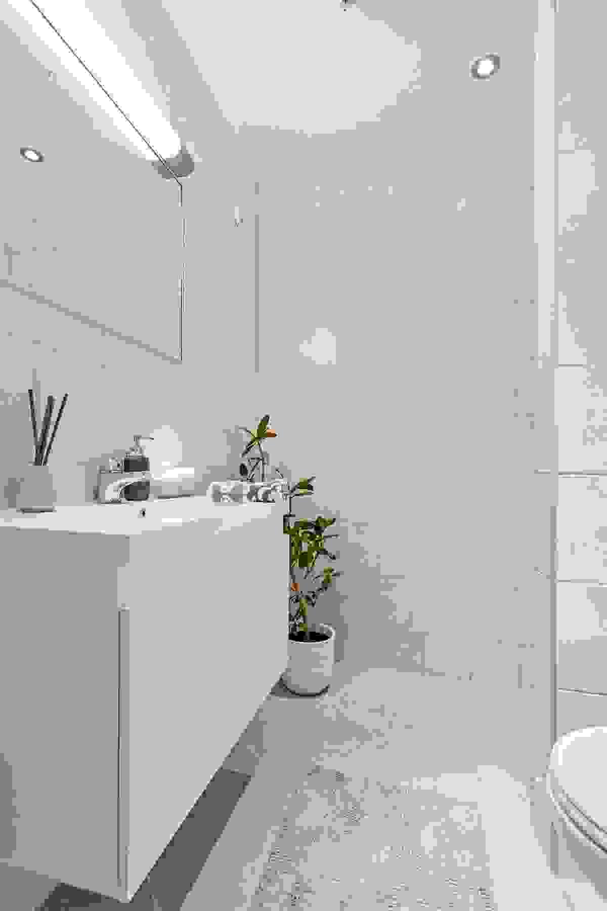 """On-suite/tilhørende bad til soverom nr 3/""""hybel"""" med dusj og opplegg for vaskemaskin."""