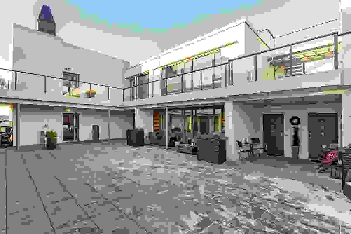 Leiligheten er beligende i 5.etg. Døra til venstre (grå dør) er inn til leiligheten.