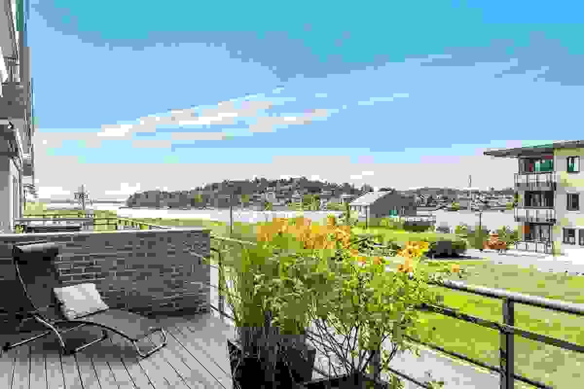 Terrassen sin størrelse er noe av det som gjør leiligheten langt på vei unik.
