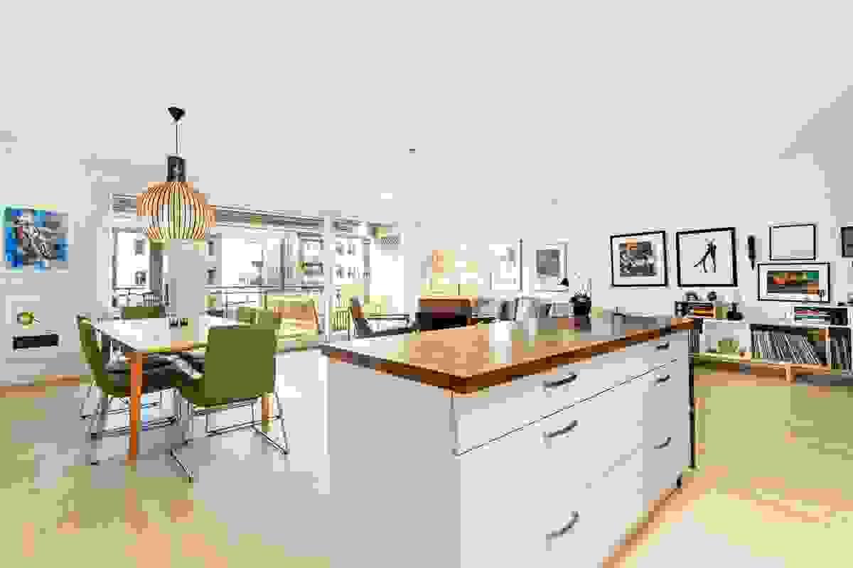 Her kan man stå og kokkelere ved den hyggelige kjøkkeøyen mens man fører en samtale med hjemmets gjester mot spisestuen.