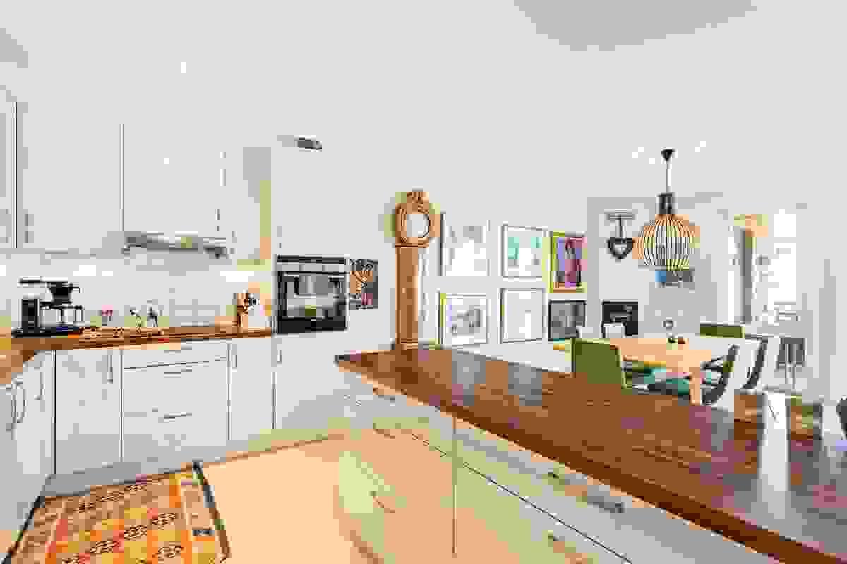 Innredningen ligger tilbaketrukket i stue-/spisestuearealet og pent tilpasset rommets utforming og dets miljø