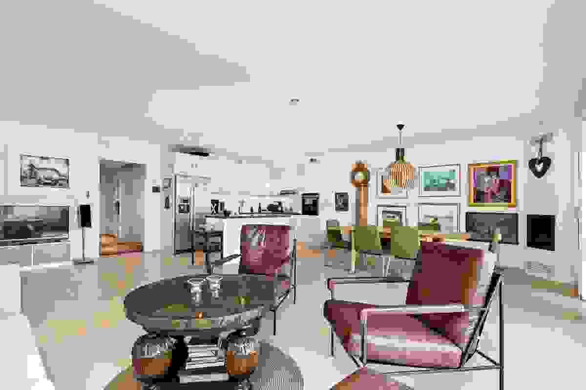 Legg også merke til detaljen med skyvedør av glass mellom stuen og leilighetens entre/hall