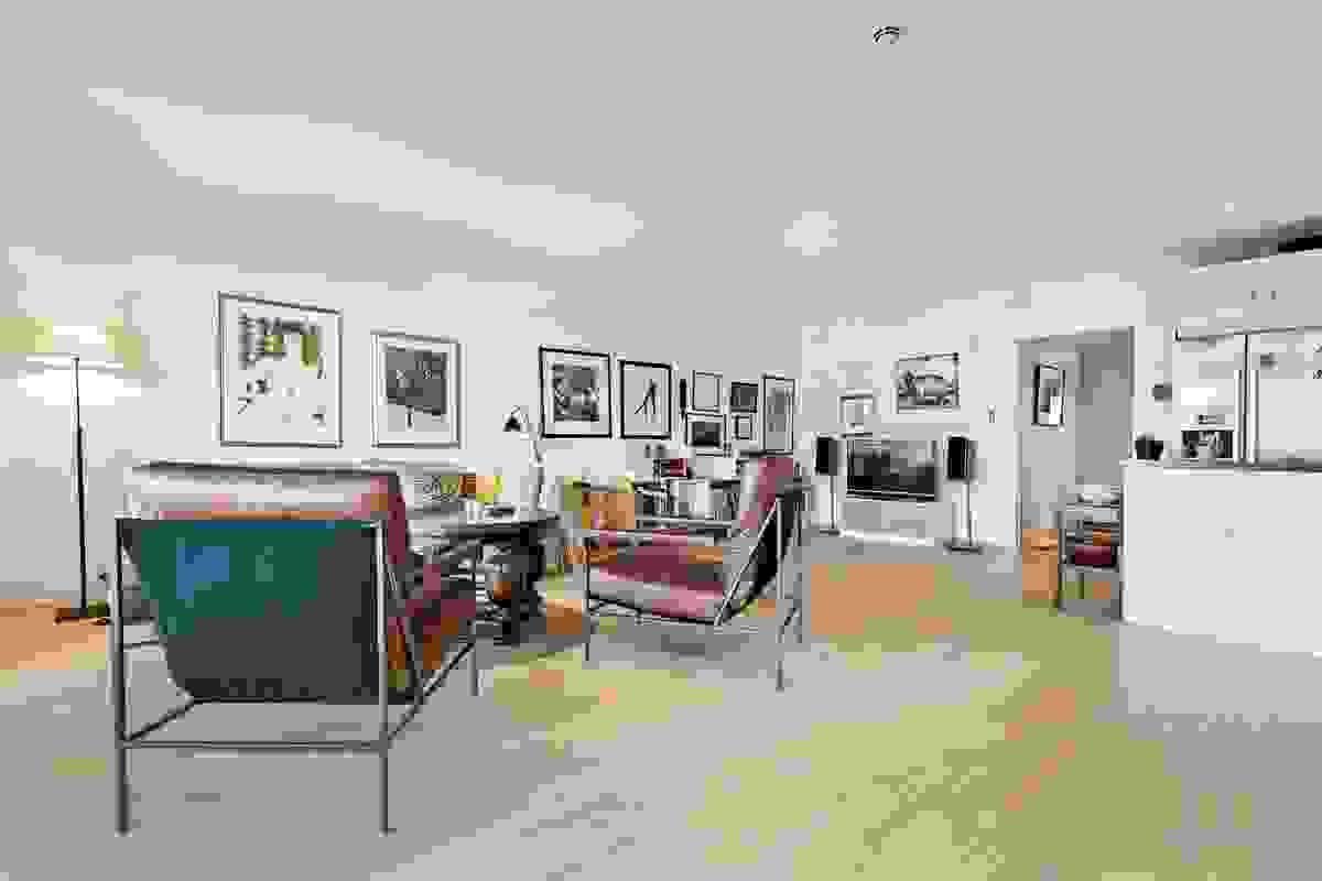 """Et vakkert gulv gir et rom et ekstra pent inntrykk og en god følelse. Gulvet er boligens """"femte vegg"""". Det er 3-stavs lyse og lekre parkettgulv av """"matt-hvittet"""" ask i alle rom"""