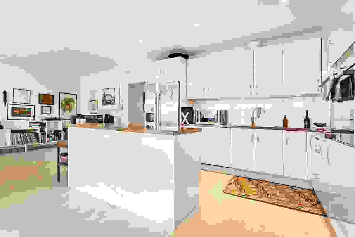 Flott løsning med blant annet godt med overskap, kjøkkenøy med 6 stk. ekstra brede skuffer og utstrakt bruk av praktiske