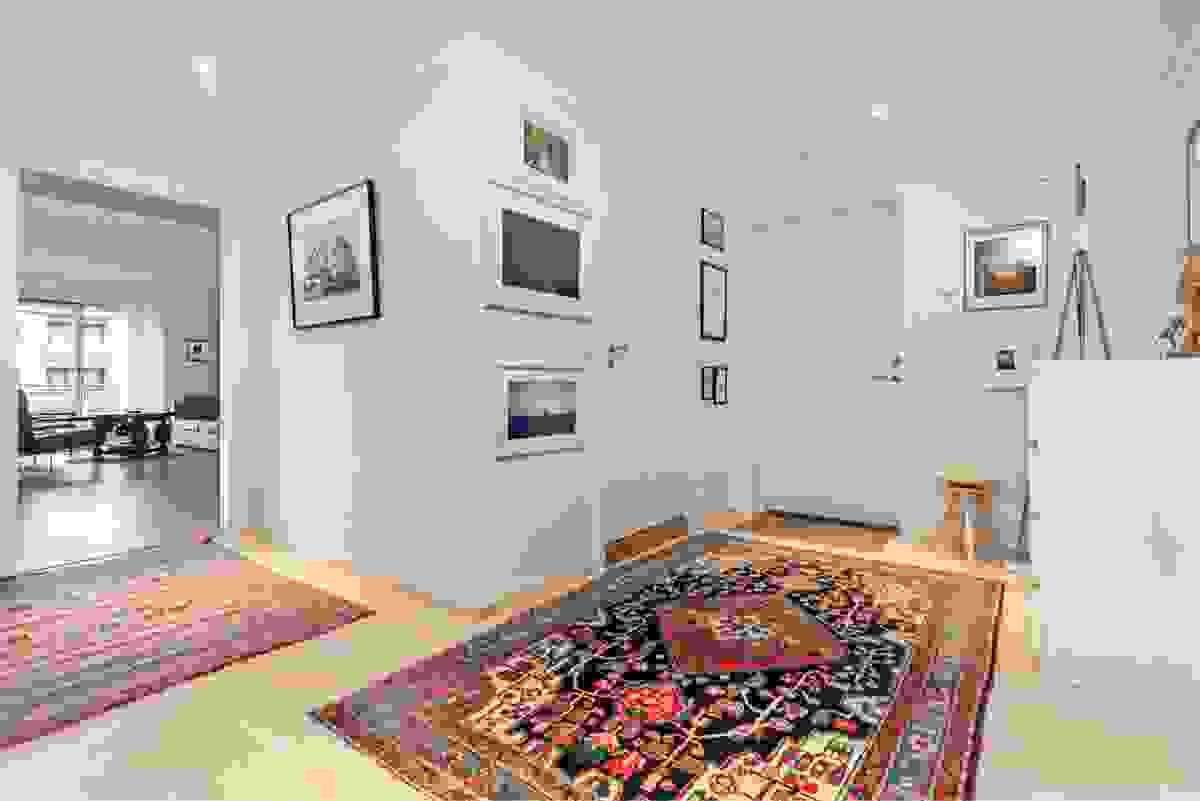 Den lyse, brede og romslige entreèn ønsker deg og dine gjester velkommen inn i leiligheten