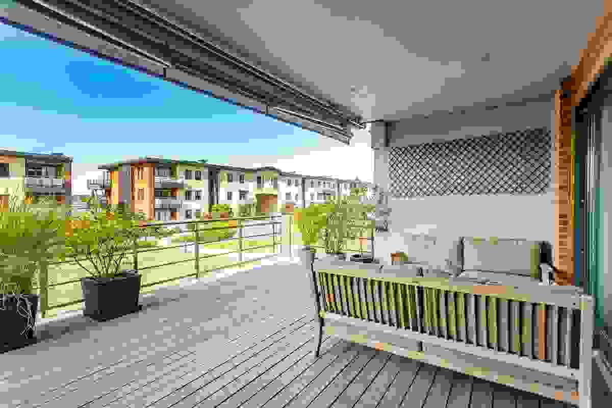 Man kan trygt si at denne uteplassen ligger med optimale solforhold med sol fra tidlig formiddag til svært sent på kvelden i sommerhalvåret.
