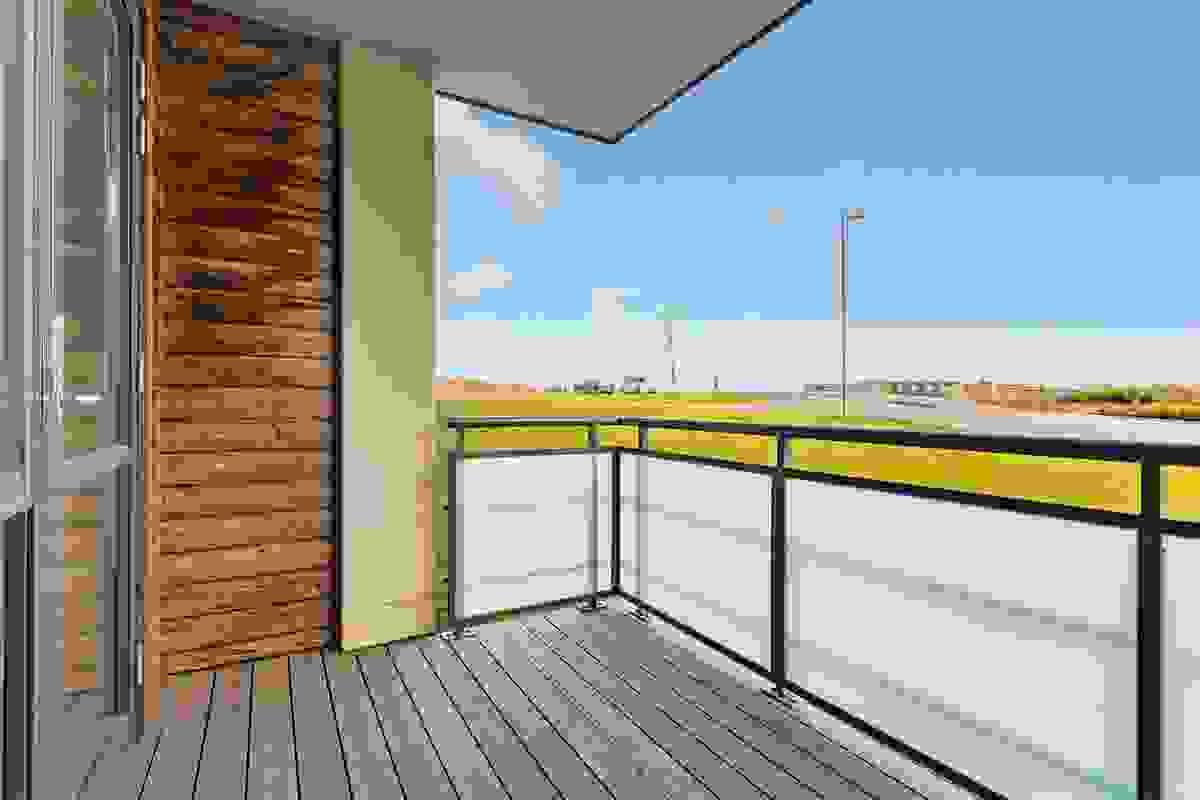 På østsiden er det ut for hovedsoverommet en koselig terrasse på ca. 6 m² hvor solen kommer tidlig inn og fortsetter utover formiddagen
