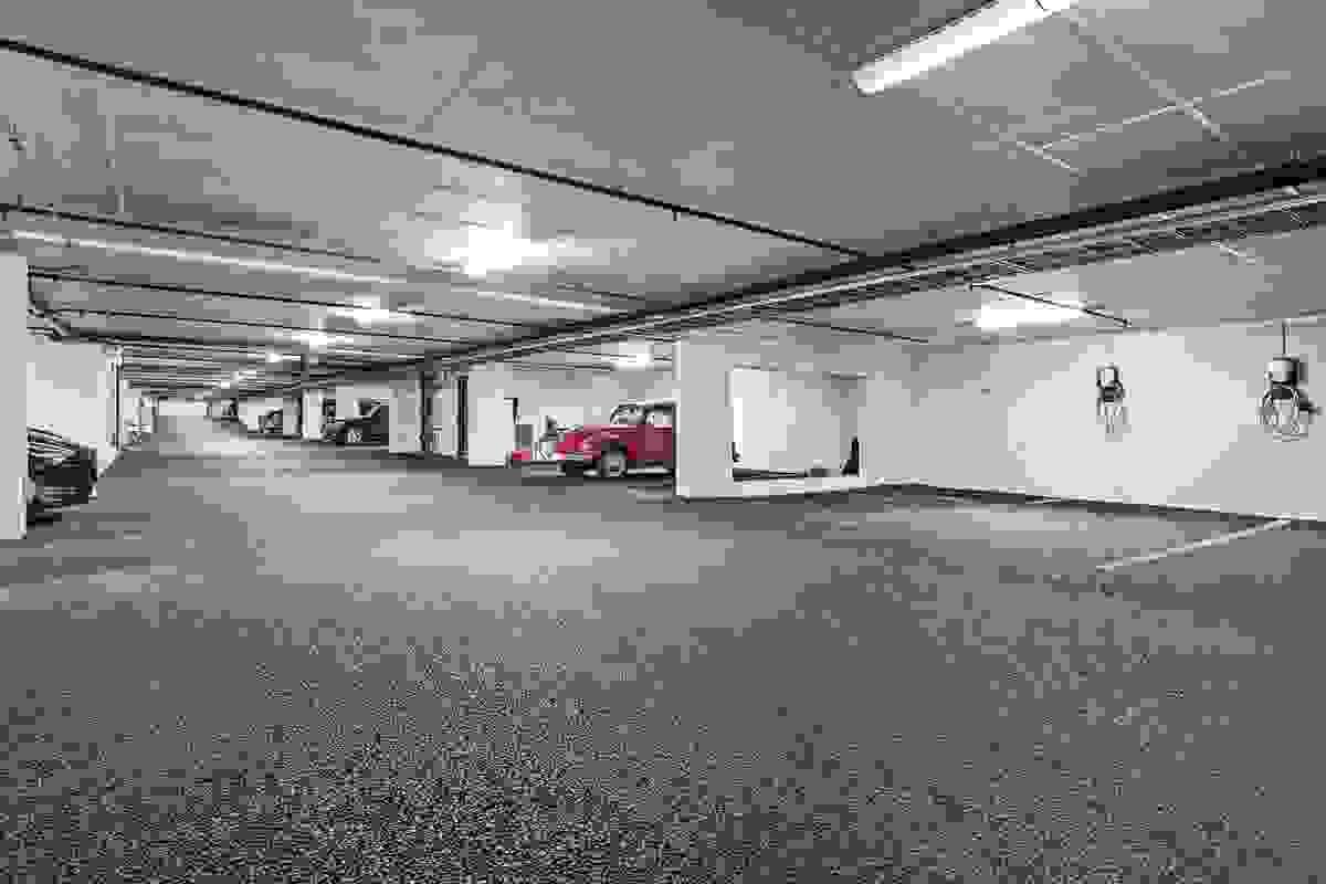 Det medfølger egen garasjeplass leiligheten i byggets avlåste parkeringshus i byggets nederste etasjeplan