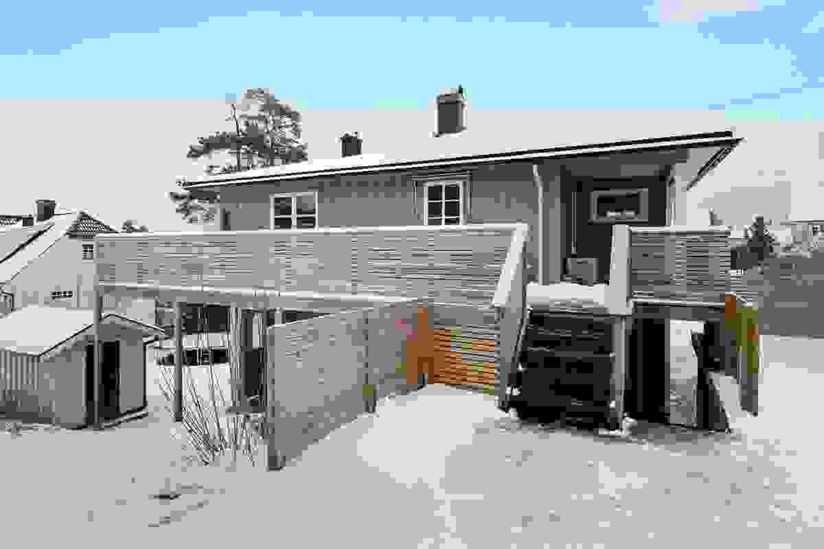 Terrasse med utgang fra kjøkken samt med trapp ned til haven og grillplass.