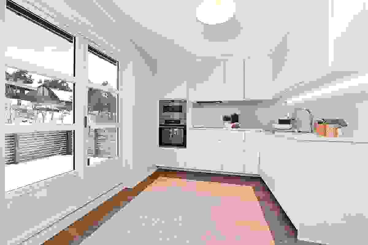 Nyere kjøkken med utgang til vestvendt, usjenert terrasse.