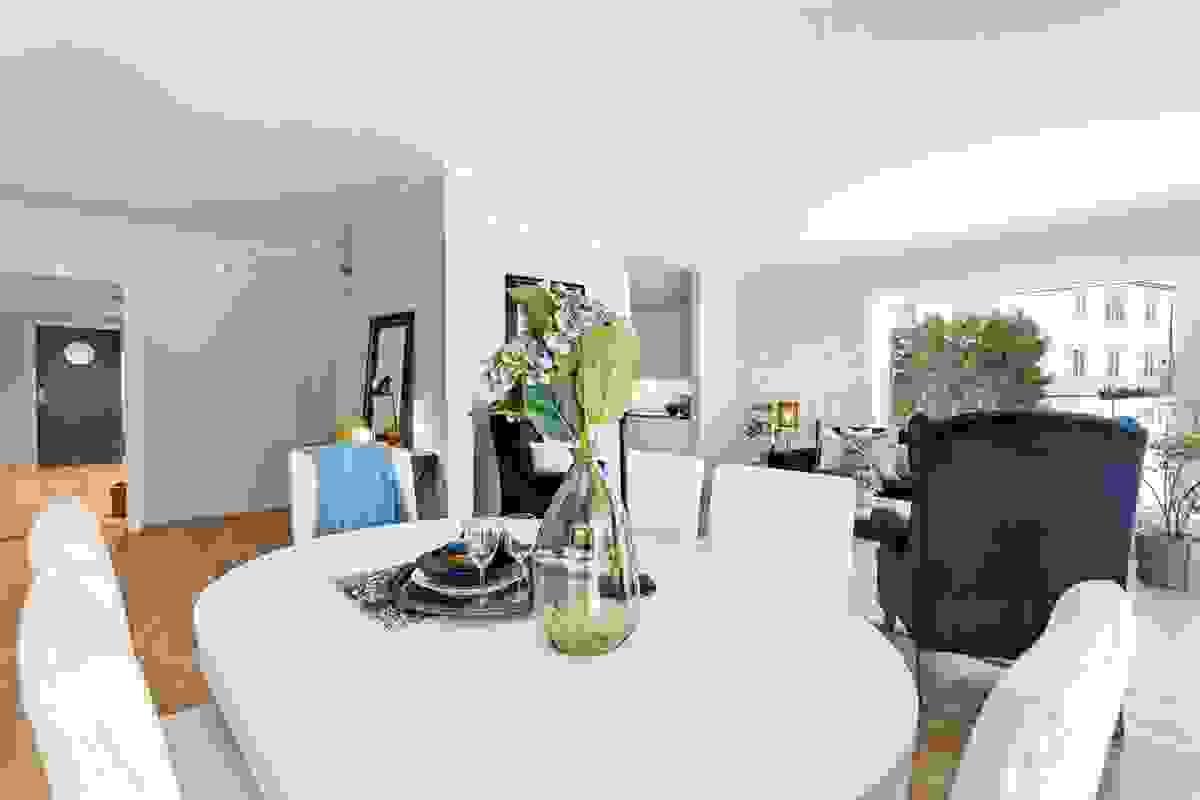 Det er godt med veggplass å møblere mot, og åpne løsninger fra hver ende av rommet mot kjøkkenet bidrar til de fleksible møbleringsmulighetene