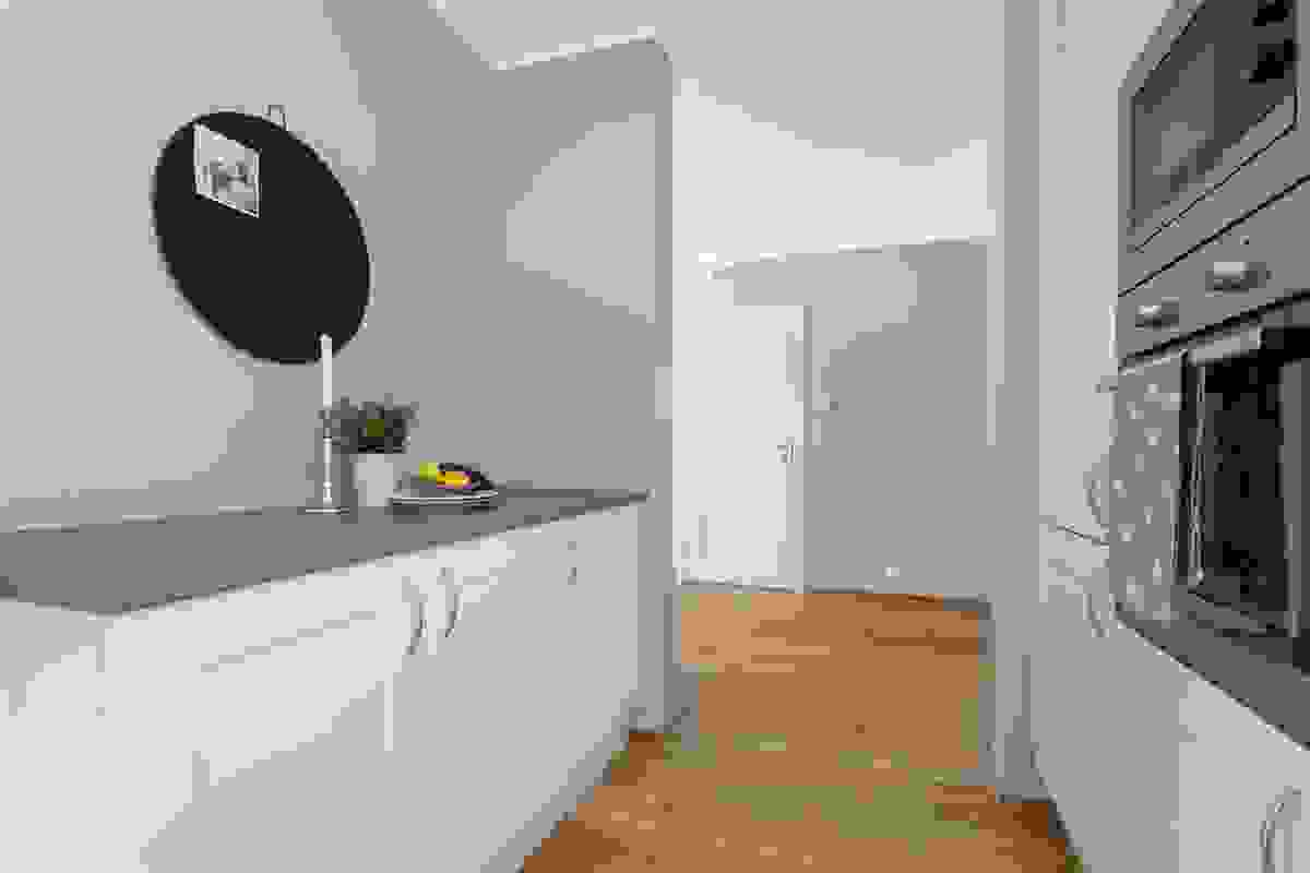 Områdene uten overskap gir plass for veggpryd eller praktiske hyller dersom ønkskelig