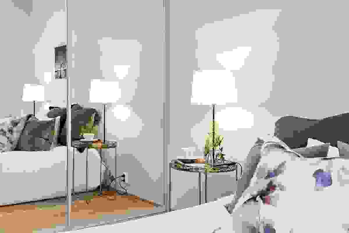 Foruten dette praktiske garderoberommet, er det også montert takhøy to-dørs skyvedørsgarderobe fra Elfa med speildører