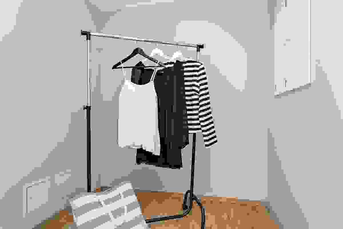 Garderoberommet har som ellers i leiligheten 1-stavs eikeparkett