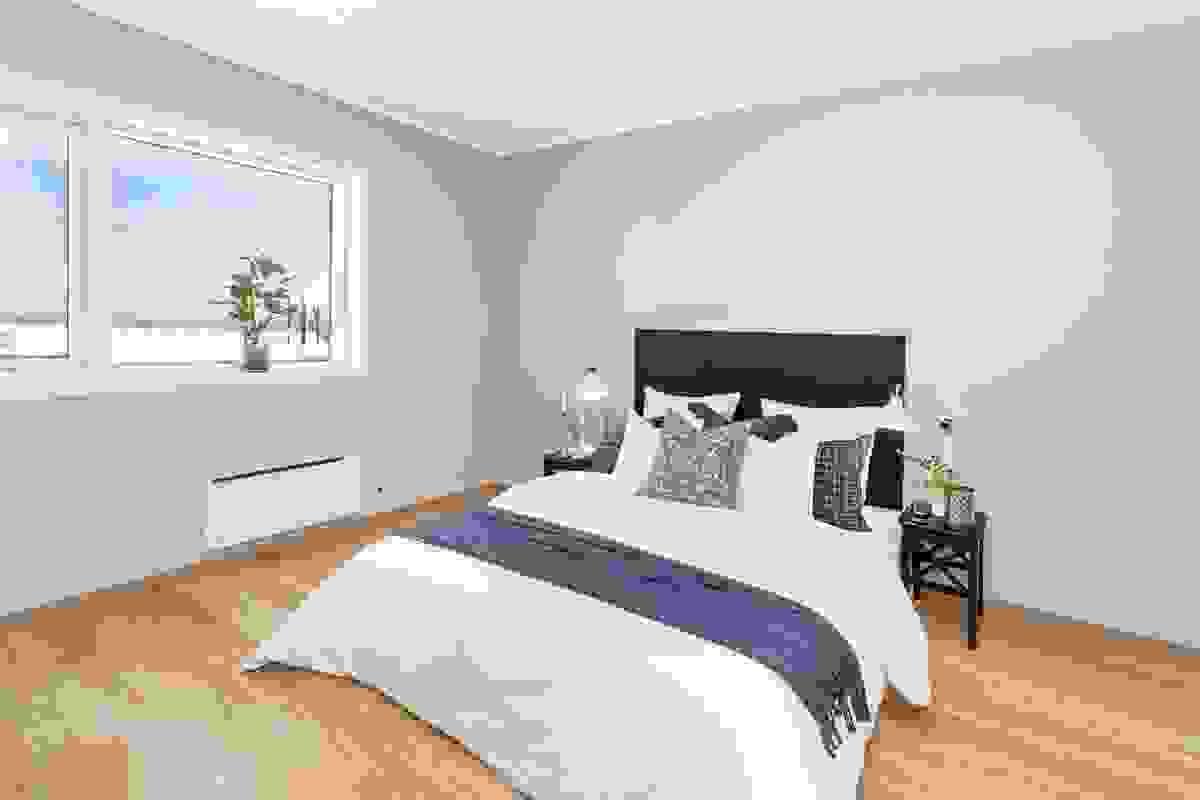 Det andre soverommet ligger i motsatt ende av leiligheten med stort vindu hvor man kan nyte den vakre sjøutsikten