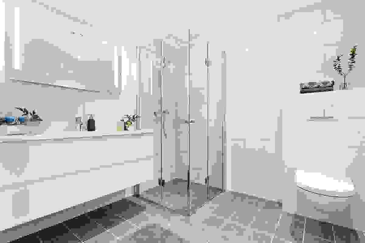Baderommene har flislagte vegger og flislagte gulv med elektrisk gulvvarme.
