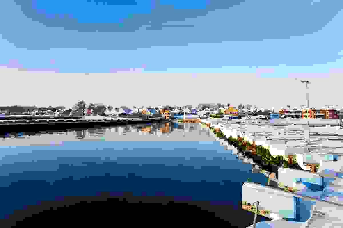 Steinsnes småbåthavn ligger rett syd for leilighetene