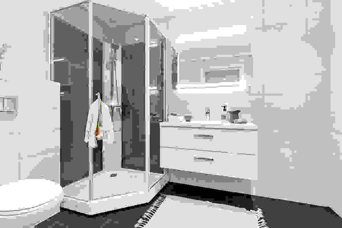 Flislagt bad med kabinett