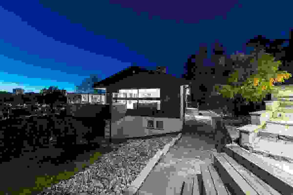 Steinsatt gårdsplass og adkomst til boligen