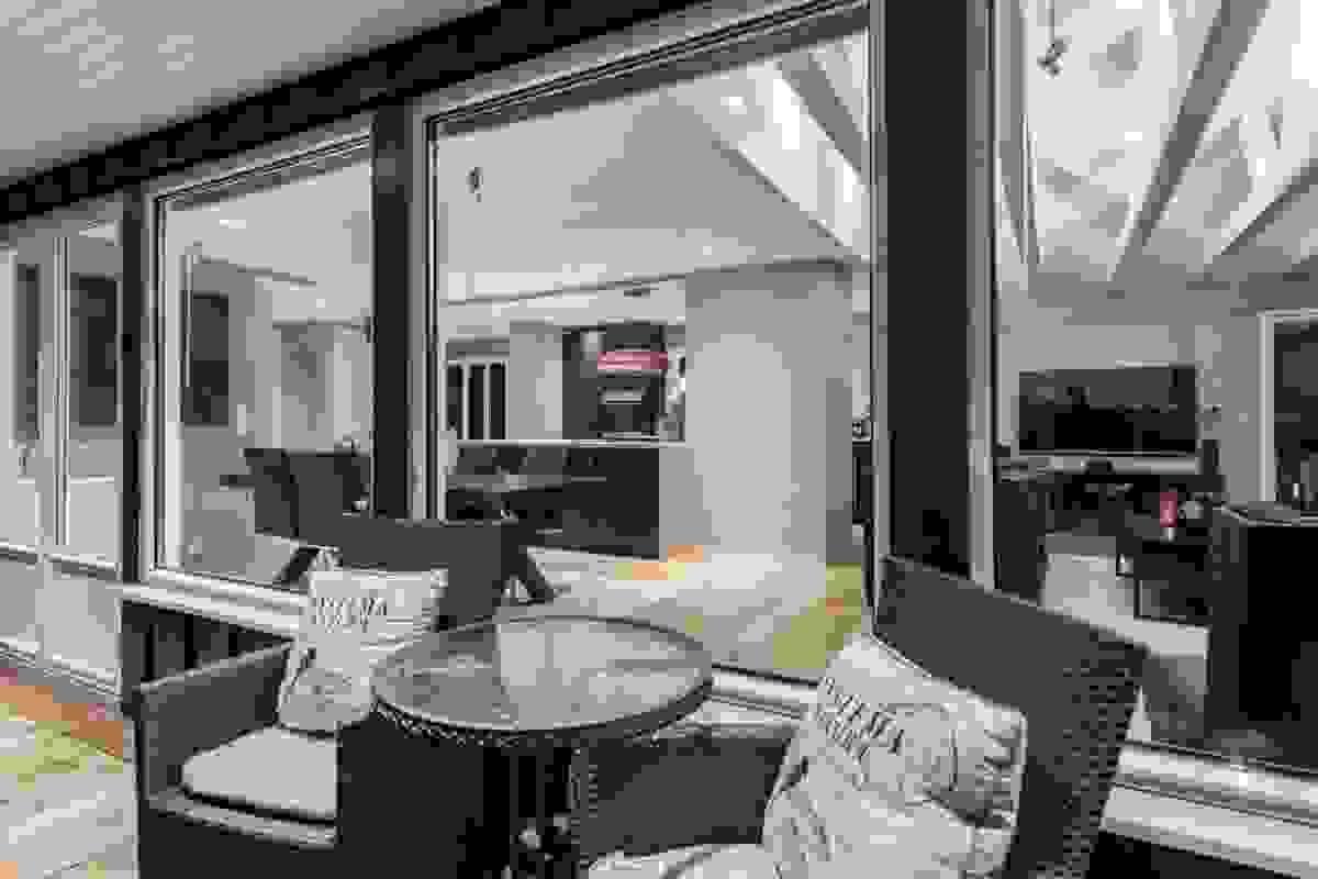 God plass til spisegruppe på terrassen. Nyt solnedgangen over et glass....