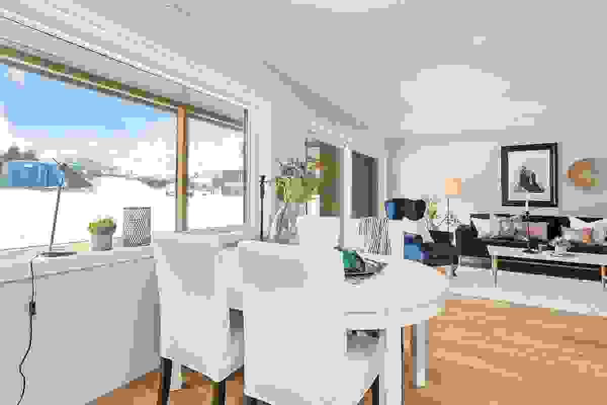 Vinkelstue med fleksible møbleringsmuligheter hvor arealet samlet inkl. kjøkken er på ca. 32,5 m².