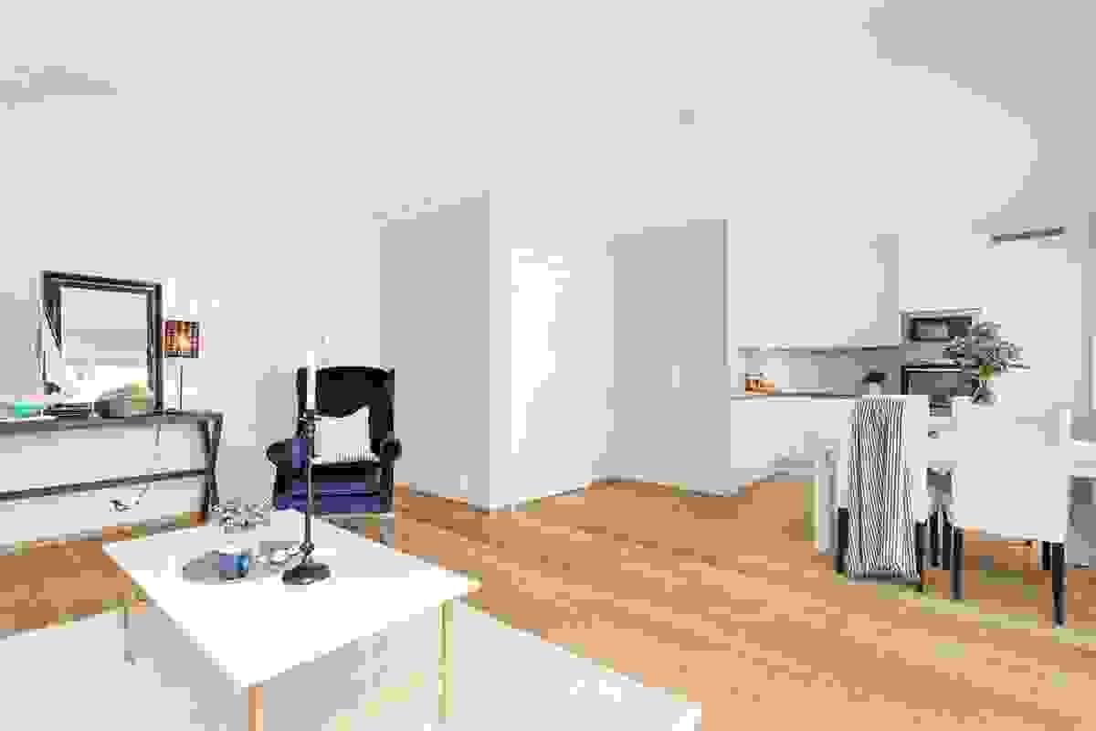 Rommets ytterste del, mot vest, er nærmest kjøkkenet og utgjør leilighetens naturlige plassering av spisestuen som dermed ligger i en forlengelse av kjøkkenet.