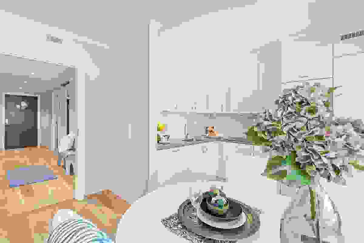 Legg også merke til skjermveggen mot stuen ved enderekken av kjøkkeninnredniningen, denne skaper en flott avslutning av innredningen