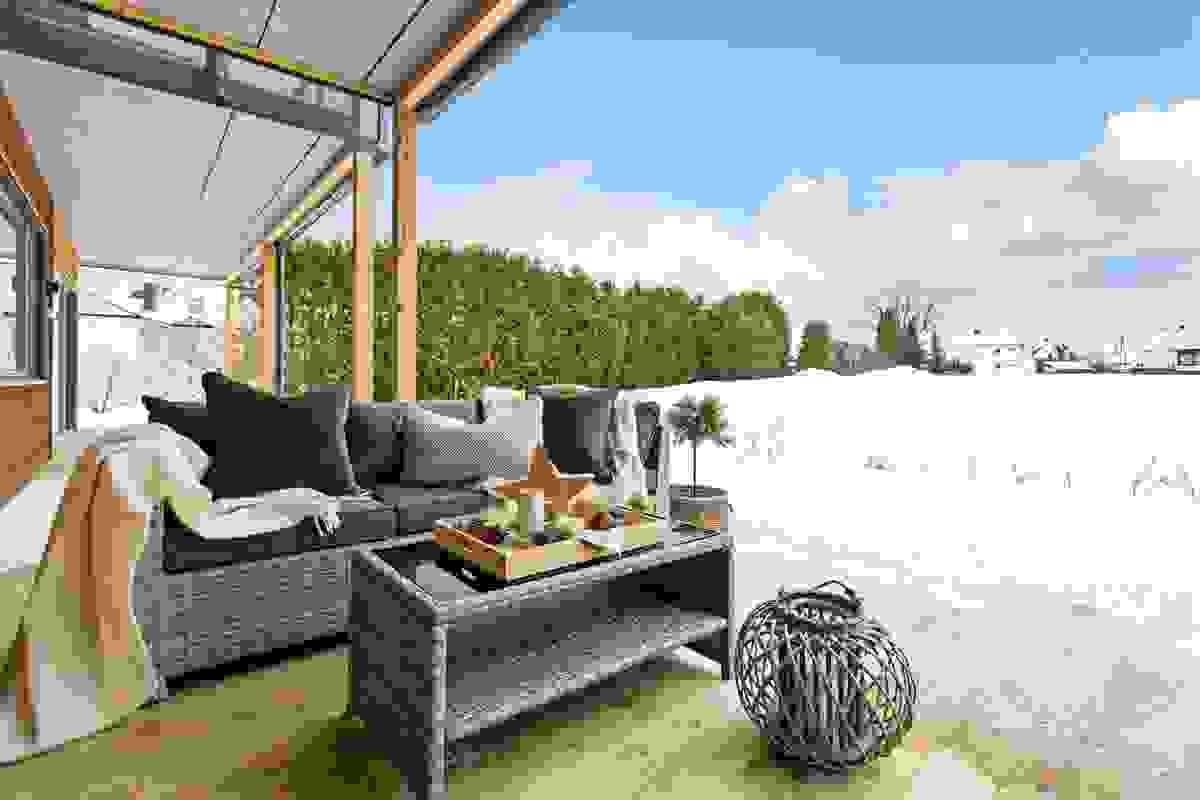Denne herlige og ikke minst solrike uteplassen mot vest er plassert i egen hage, er delvis overbygget av overliggende terrasse og byr ikke minst på massevis av plass for utemøbler.