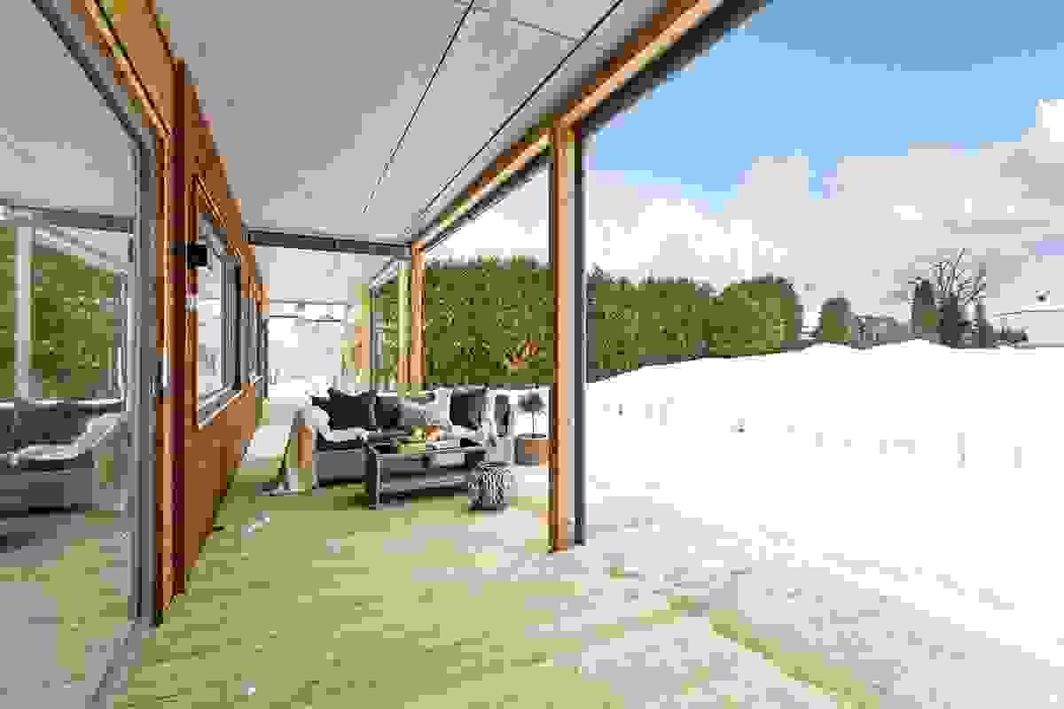 Uteplassen er oppført som markterrasse av med terrassebord av impregnert treverk.