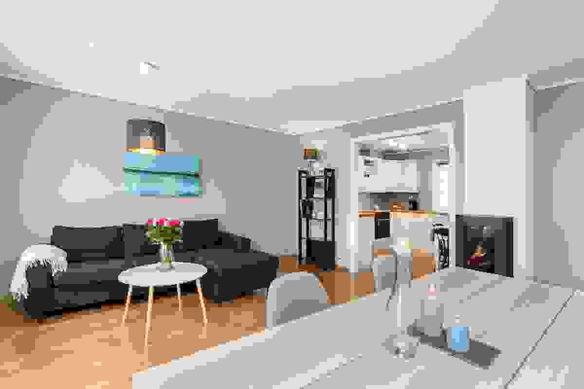 Z-eiendom v/Jørgen Nyhus har gleden av å presentere denne pene og romslige leiligheten beliggende på attraktive og sentrale Træleborg