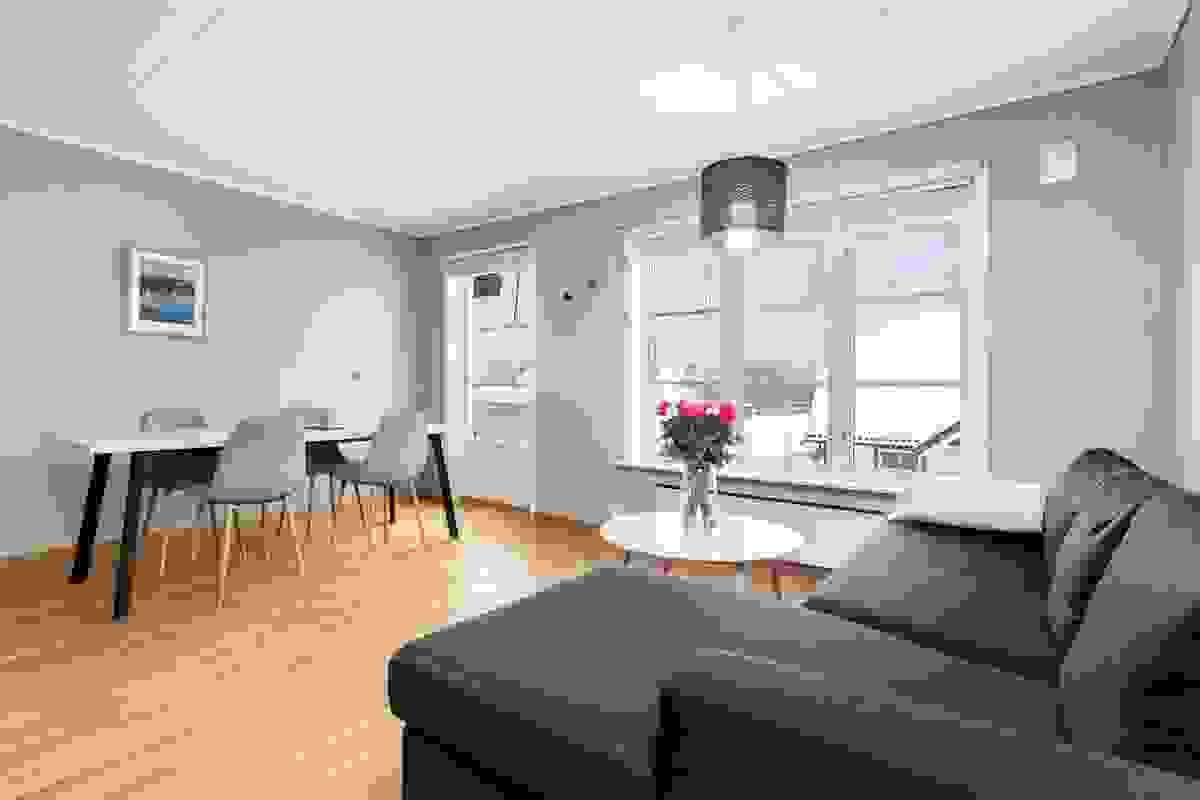 Stuen er et lyst og flott rom med store vindusflater mot syd og vegger i moderne og varme farger.