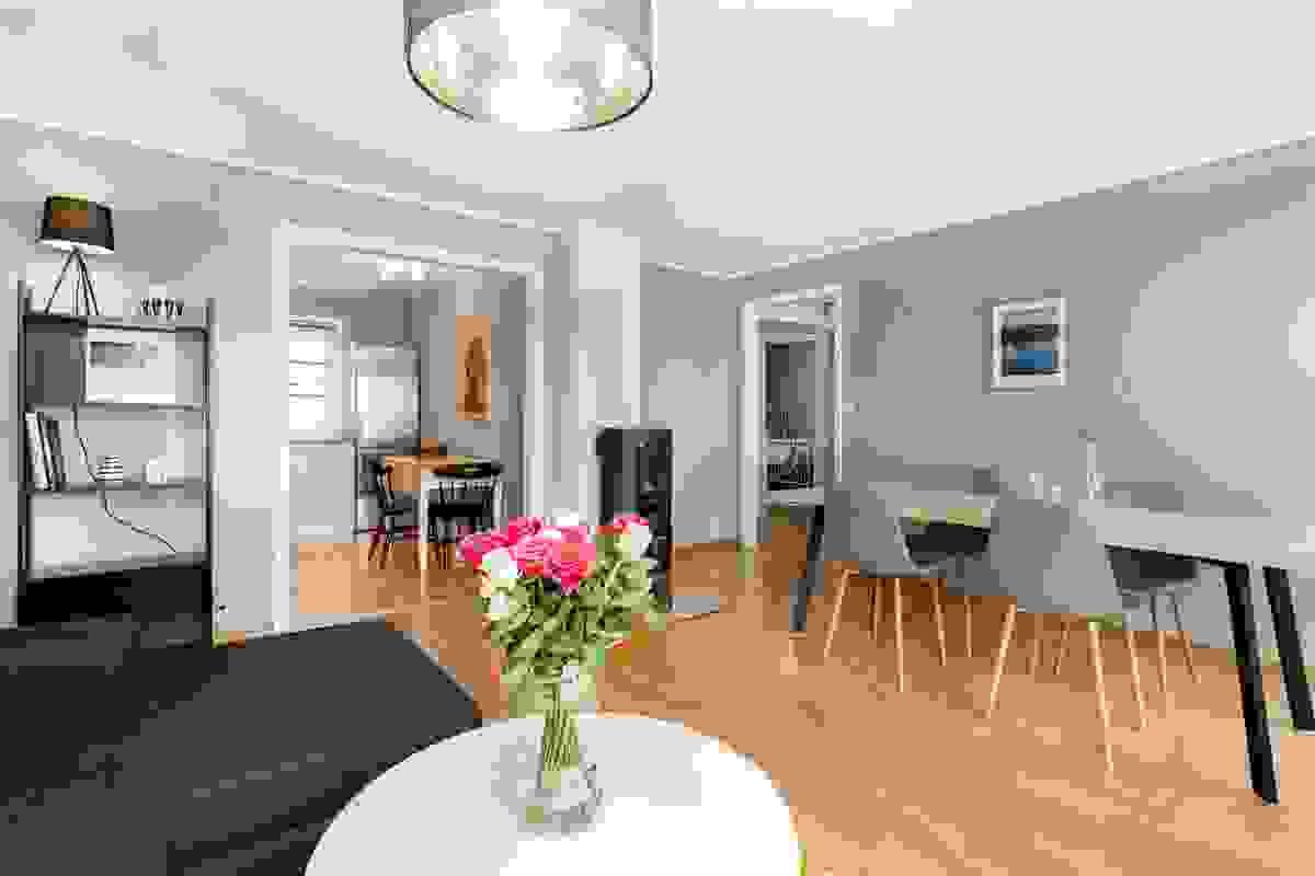 Rommet er enkelt å møblere, med plass til spisebord og sofa med møblement.