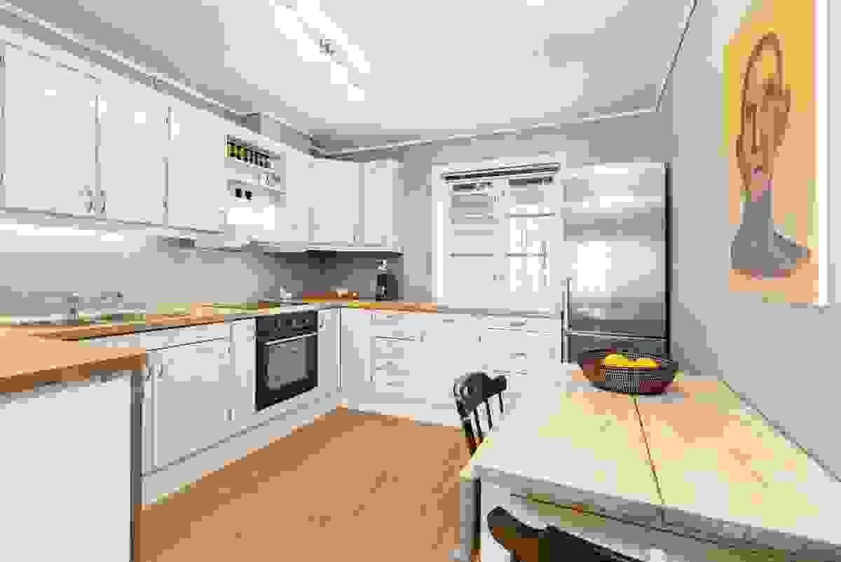 Kjøkkenet er i delvis åpen løsning til stuen og har plass til spisebord.