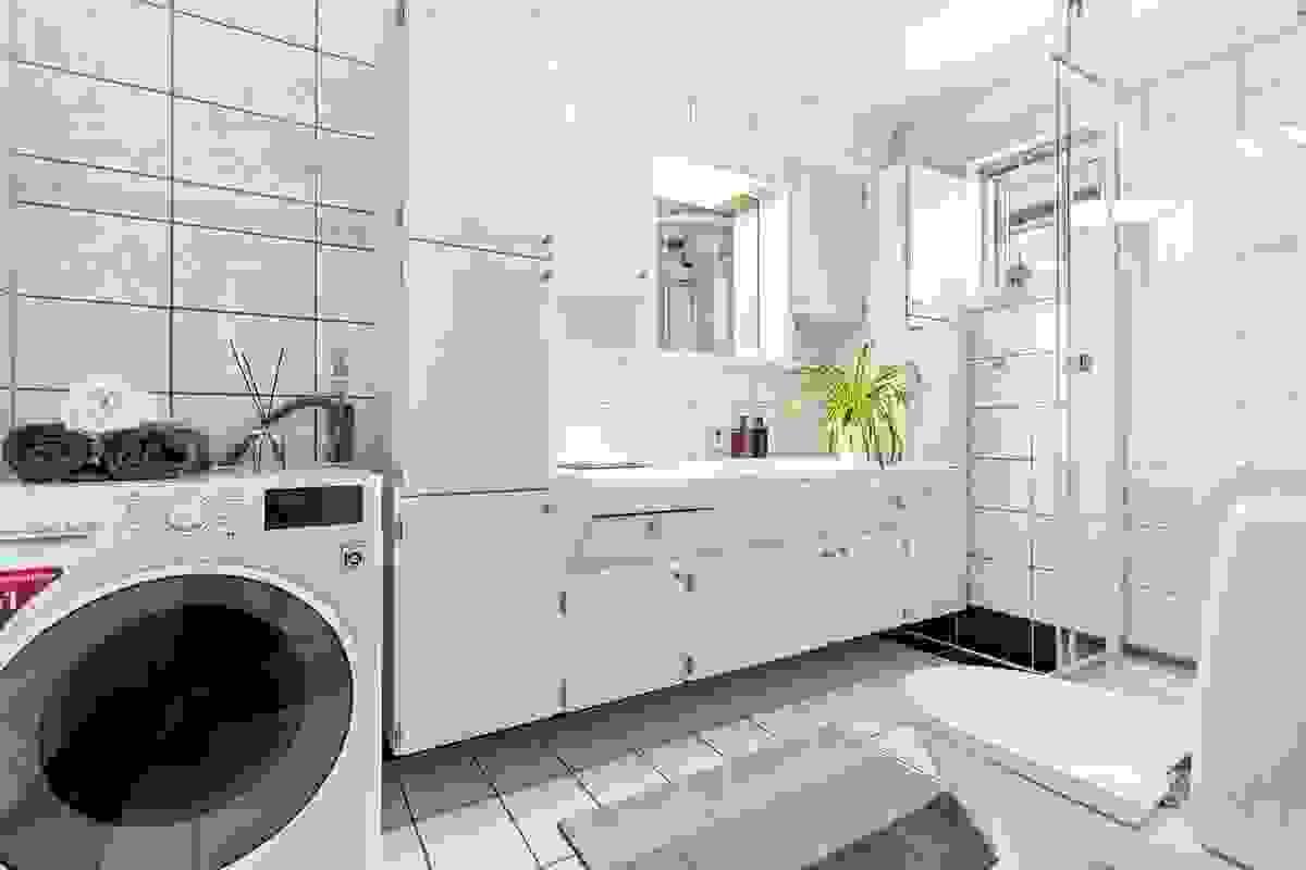 Badet er romslig og er innredet med fliser på vegger og fliser på gulv. Varmekabler gir god varme året rundt.